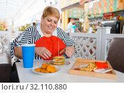 Fat woman prepares to eats fastfood. Стоковое фото, фотограф Tryapitsyn Sergiy / Фотобанк Лори