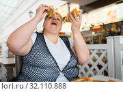Купить «Fatty woman eating pizza, unhealthy food», фото № 32110888, снято 24 мая 2019 г. (c) Tryapitsyn Sergiy / Фотобанк Лори