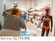 Купить «Fat woman near the showcase with underwear», фото № 32110908, снято 24 мая 2019 г. (c) Tryapitsyn Sergiy / Фотобанк Лори