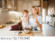 Купить «Mother with her daughter mixing melted chocolate», фото № 32110940, снято 6 марта 2019 г. (c) Tryapitsyn Sergiy / Фотобанк Лори