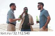 Купить «happy male friends drinking beer at rooftop party», видеоролик № 32112540, снято 27 июля 2019 г. (c) Syda Productions / Фотобанк Лори