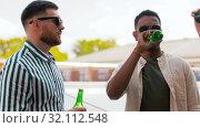 Купить «happy male friends drinking beer at rooftop party», видеоролик № 32112548, снято 27 июля 2019 г. (c) Syda Productions / Фотобанк Лори
