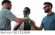 Купить «happy male friends drinking beer at rooftop party», видеоролик № 32112624, снято 27 июля 2019 г. (c) Syda Productions / Фотобанк Лори