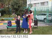 Купить «Балашиха, первоклассник идёт в школу», эксклюзивное фото № 32121932, снято 2 сентября 2019 г. (c) Дмитрий Неумоин / Фотобанк Лори