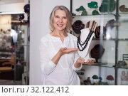 Купить «Woman seller offers to buy a necklace of precious stones», фото № 32122412, снято 2 мая 2019 г. (c) Яков Филимонов / Фотобанк Лори