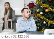 Купить «Pair breaking up, woman leaving», фото № 32122556, снято 15 января 2019 г. (c) Яков Филимонов / Фотобанк Лори