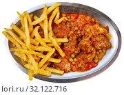 Купить «Top view of Asturian stewed beef with potatoes», фото № 32122716, снято 26 января 2020 г. (c) Яков Филимонов / Фотобанк Лори