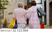 Купить «senior women with shopping bags walking in city», видеоролик № 32123084, снято 25 августа 2019 г. (c) Syda Productions / Фотобанк Лори