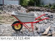 Купить «wheelbarrow on the background of construction debris», фото № 32123404, снято 3 сентября 2019 г. (c) Дмитрий Бачтуб / Фотобанк Лори