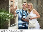 Купить «Tourists couple travelling with map», фото № 32126504, снято 24 февраля 2020 г. (c) Яков Филимонов / Фотобанк Лори