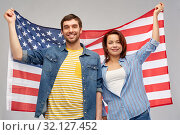 Купить «couple holding flag of united states of america», фото № 32127452, снято 17 марта 2019 г. (c) Syda Productions / Фотобанк Лори