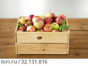 Купить «ripe apples in wooden box on table», фото № 32131816, снято 24 августа 2018 г. (c) Syda Productions / Фотобанк Лори