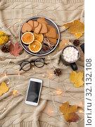 Купить «smartphone, hot chocolate and autumn leaves», фото № 32132108, снято 26 октября 2018 г. (c) Syda Productions / Фотобанк Лори