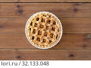 Купить «close up of apple pie in mold on wooden table», фото № 32133048, снято 23 августа 2018 г. (c) Syda Productions / Фотобанк Лори
