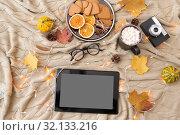 Купить «tablet computer, hot chocolate and autumn leaves», фото № 32133216, снято 26 октября 2018 г. (c) Syda Productions / Фотобанк Лори