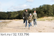 Купить «happy family running along autumn beach», фото № 32133796, снято 29 сентября 2018 г. (c) Syda Productions / Фотобанк Лори