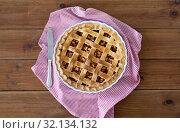 Купить «close up of apple pie in baking mold and knife», фото № 32134132, снято 23 августа 2018 г. (c) Syda Productions / Фотобанк Лори