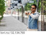 Купить «indian man recording voice message by smart watch», фото № 32134760, снято 22 июня 2019 г. (c) Syda Productions / Фотобанк Лори