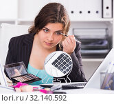 Businesswoman is making makeup before meeting. Стоковое фото, фотограф Яков Филимонов / Фотобанк Лори