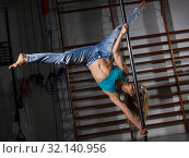 Купить «Girl engaged on pylon in semidarkness», фото № 32140956, снято 10 мая 2018 г. (c) Яков Филимонов / Фотобанк Лори