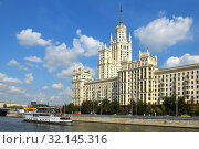Kotelnicheskaya Embankment Building, one of seven Stalinist skyscrapers completed in 1952, and cruise ship on Moscow river. Moscow (2019 год). Редакционное фото, фотограф Валерия Попова / Фотобанк Лори