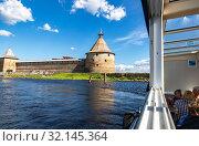 Купить «River cruise ship sailing on the Neva river to historical fortress Oreshek», фото № 32145364, снято 8 августа 2018 г. (c) FotograFF / Фотобанк Лори