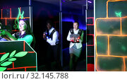 Emotional portrait of men and women co-workers having corporate entertainment in laser tag room. Стоковое видео, видеограф Яков Филимонов / Фотобанк Лори
