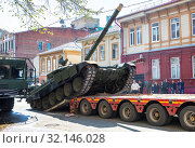 Купить «Transportation of heavy army tank T-72B3 on a cargo platform», фото № 32146028, снято 4 мая 2019 г. (c) FotograFF / Фотобанк Лори