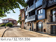 Street of the old town with houses of traditional architecture, hotels and guest houses the Black Sea resort of Nessebar (2019 год). Редакционное фото, фотограф Юлия Бабкина / Фотобанк Лори