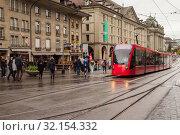 Street view of Bern. Red tram (2017 год). Редакционное фото, фотограф EugeneSergeev / Фотобанк Лори