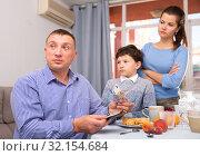 Купить «Wife and son asking husband for more money», фото № 32154684, снято 22 октября 2019 г. (c) Яков Филимонов / Фотобанк Лори
