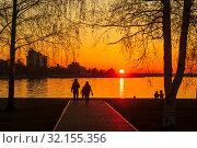 Жаркий летний закат на Онежском озере в Петрозаводске в Карелии. Стоковое фото, фотограф Sergei Gorin / Фотобанк Лори