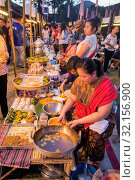 A traditional food market at the Phimai festival in the Town of Phimai in the Provinz Nakhon Ratchasima in Isan in Thailand. Thailand, Phimai, November, 2017. Стоковое фото, фотограф Zoonar.com/URS FLUEELER / age Fotostock / Фотобанк Лори