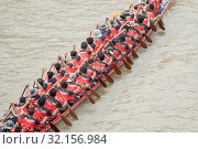 The tradititional Longboat Race at the Mun river of the town of Satuek north of the city Buri Ram in Isan in Northeast thailand. Thailand, Buriram, November, 2017. Стоковое фото, фотограф Zoonar.com/URS FLUEELER / age Fotostock / Фотобанк Лори