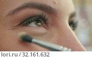 Bright eye make-up for a date. Стоковое видео, видеограф Vasily Alexandrovich Gronskiy / Фотобанк Лори