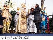 Купить «Mayor of Barcelona welcomes kings», фото № 32162528, снято 5 января 2017 г. (c) Яков Филимонов / Фотобанк Лори