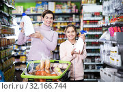 Купить «Woman with daughter in supermarket», фото № 32166744, снято 5 января 2017 г. (c) Яков Филимонов / Фотобанк Лори