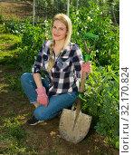 Купить «Gardener woman posing with a shovel in his garden», фото № 32170824, снято 28 февраля 2019 г. (c) Яков Филимонов / Фотобанк Лори