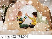 Купить «boys playing clapping game in kids tent at home», фото № 32174040, снято 18 февраля 2018 г. (c) Syda Productions / Фотобанк Лори