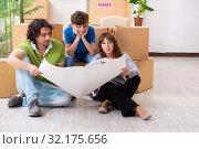 Купить «Young family moving to new flat», фото № 32175656, снято 28 мая 2019 г. (c) Elnur / Фотобанк Лори
