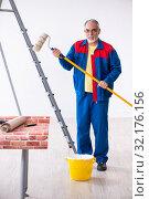 Купить «Old contractor doing renovation at home», фото № 32176156, снято 3 июня 2019 г. (c) Elnur / Фотобанк Лори
