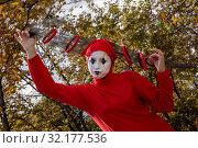 Купить «Артист цирка во время уличного представления в центре города Москвы, Россия», фото № 32177536, снято 14 сентября 2019 г. (c) Николай Винокуров / Фотобанк Лори