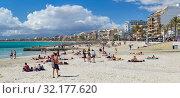 People sunbathing on the beach of El Arenal resort town, Majorca, Baleares, Spain (2019 год). Редакционное фото, фотограф Alexander Tihonovs / Фотобанк Лори