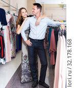 Купить «pair of young people in women clothes boutique», фото № 32178168, снято 11 апреля 2017 г. (c) Яков Филимонов / Фотобанк Лори