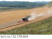 Купить «Зерноуборочные комбайны едут по полю, во время уборки урожая», фото № 32178664, снято 9 сентября 2019 г. (c) Светлана Попова / Фотобанк Лори