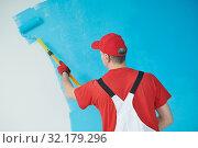 Купить «Painter worker with roller painting ceiling surface into white», фото № 32179296, снято 5 августа 2019 г. (c) Дмитрий Калиновский / Фотобанк Лори