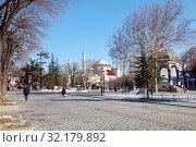 Вид на Святую Софию и Немецкий фонтан. Площадь Султанахмет, Стамбул, Турция (2013 год). Стоковое фото, фотограф Светлана Колобова / Фотобанк Лори