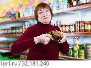 Купить «upset customer with wallet without money», фото № 32181240, снято 15 декабря 2017 г. (c) Яков Филимонов / Фотобанк Лори