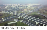 Купить «An aerial view of a road interchange against the misty urban view», видеоролик № 32181832, снято 21 января 2020 г. (c) Данил Руденко / Фотобанк Лори