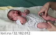 Купить «Женские руки гладят и успокаивают плачущего младенца», видеоролик № 32182012, снято 2 сентября 2019 г. (c) Кекяляйнен Андрей / Фотобанк Лори